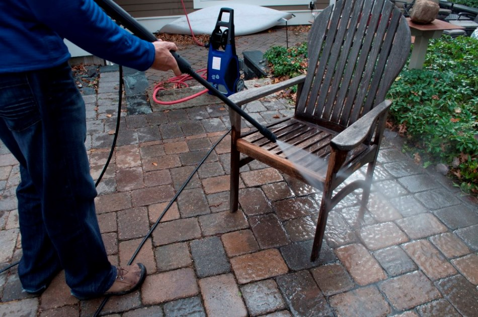 pressure-washing-patio-furniture