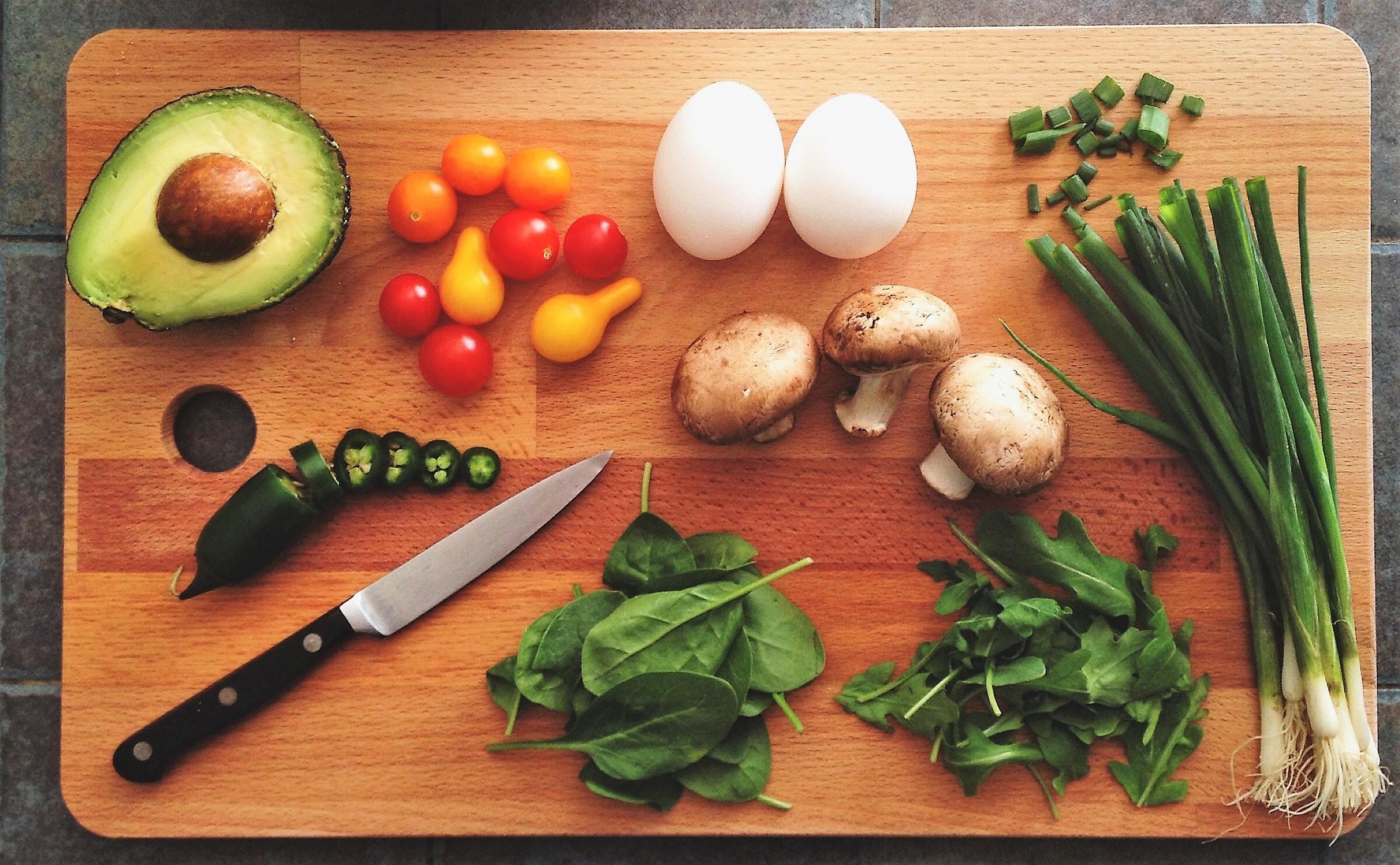 kitchen-cutting-board-veggies