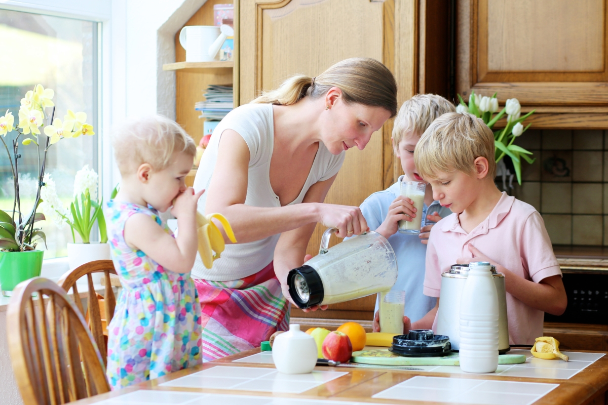 mom-breakfast-time-with-kids