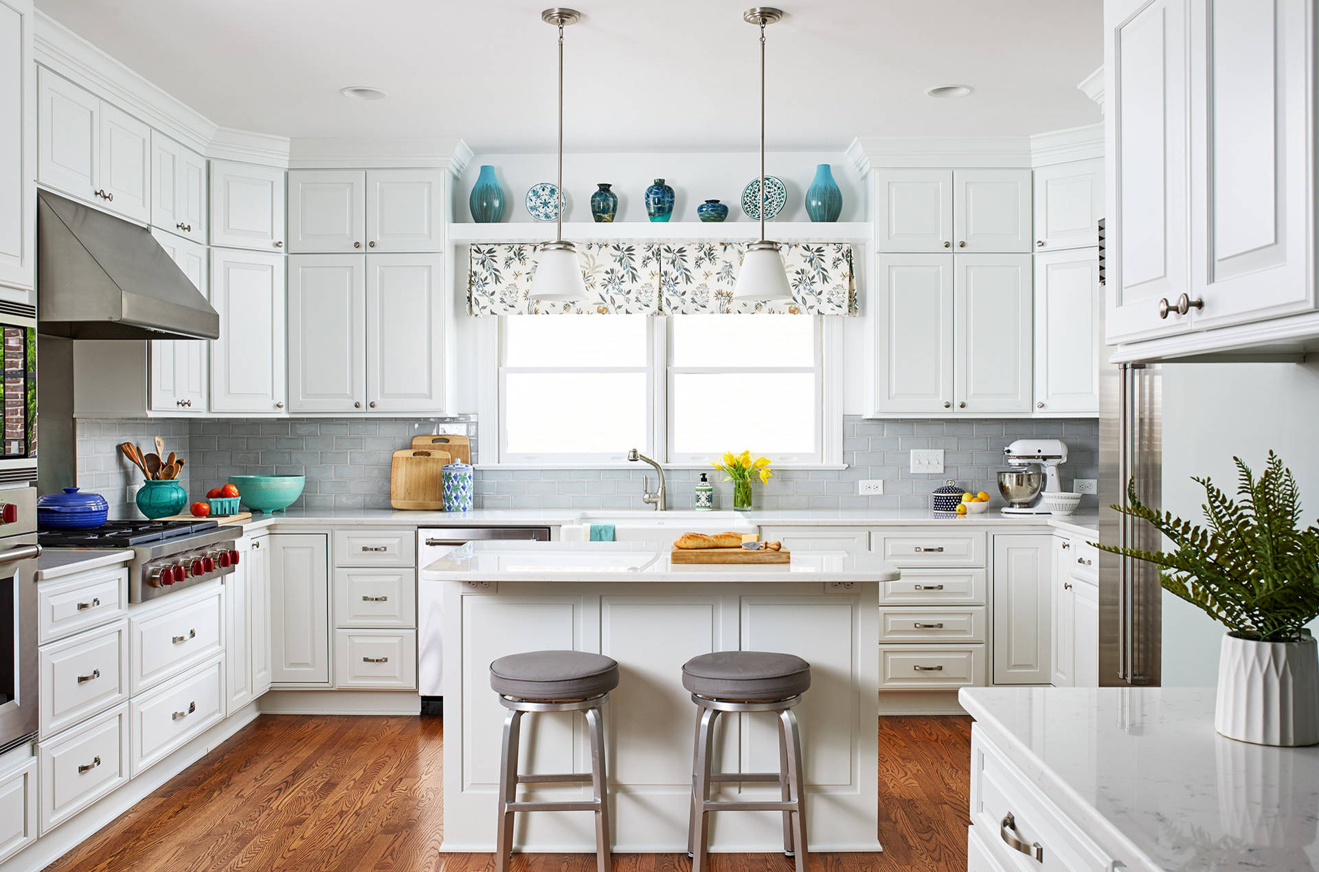 closed-kitchen-cabinets-hide-mess-of-kitchen