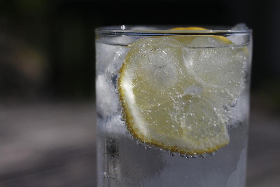 lemon-water-drinks-in-the-morning